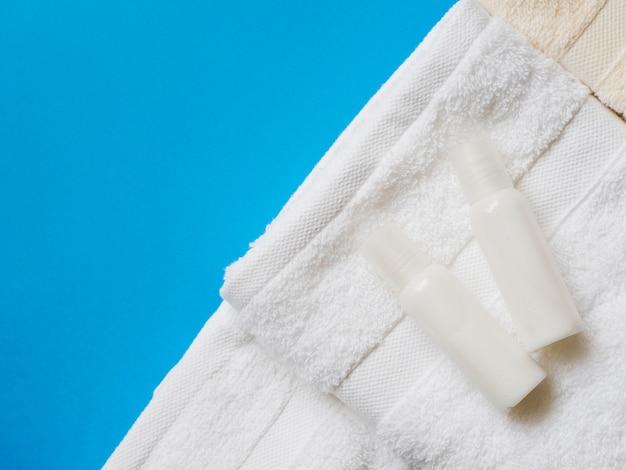 Óleos planos em cima de toalhas Foto gratuita