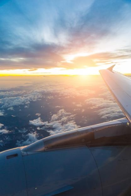 Olhando pela janela do avião Foto Premium