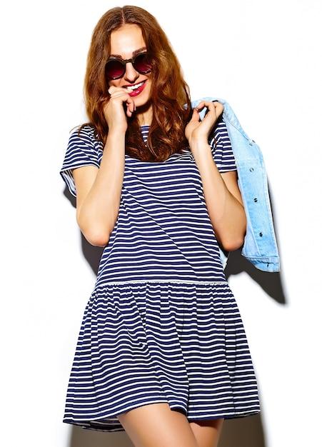 Olhar de alta moda. modelo de glamour sexy sorridente sexy elegante mulher jovem e bonita em pano hipster brilhante de verão Foto gratuita