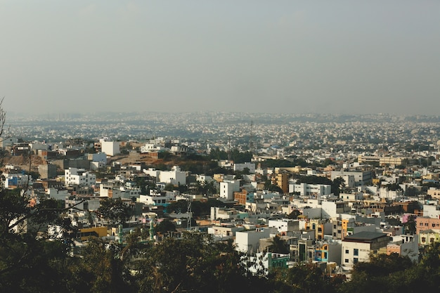 Olhe de cima na cidade grega coberta de fumaça Foto gratuita