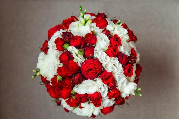 Olhe de cima no rico bouquet de casamento Foto gratuita