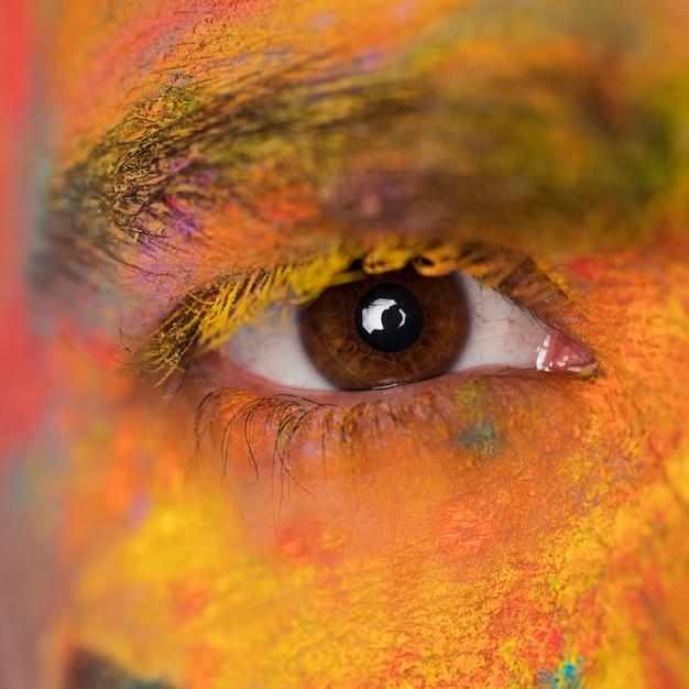 Olho com pintura manchada de rosto Foto gratuita