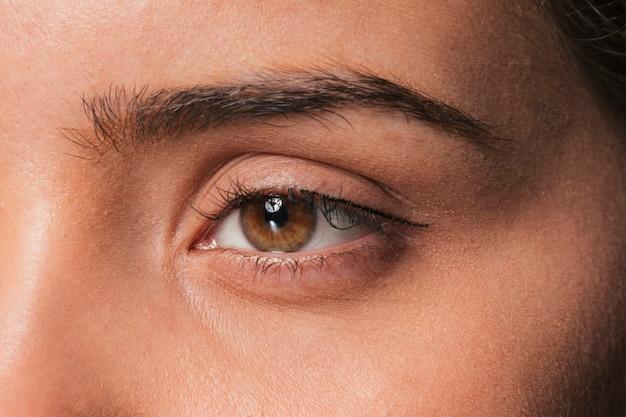 Olho de menina séria morena linda Foto gratuita