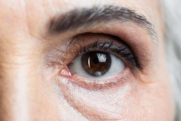 Olho de mulher close-up, olhando para a câmera Foto Premium
