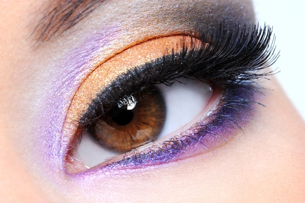Olho humano com maquiagem multicolorida fashion Foto gratuita