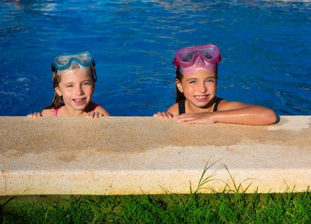 Olhos azuis, meninas crianças, ligado, azul, piscina, poolside, sorrindo Foto Premium