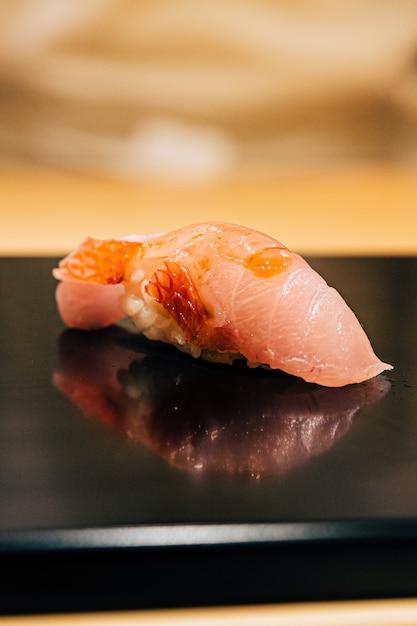 Omakase japonês em estilo edo: close-up otoro (atum gordo) sushi servido na chapa preta brilhante. refeição de luxo tradicional japonesa. Foto Premium