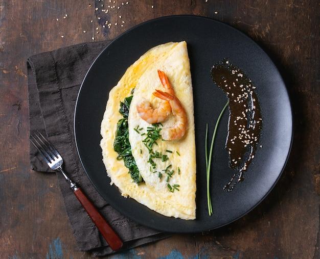 Omelete com espinafre e camarão Foto Premium