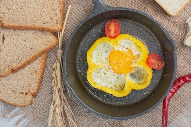 Omelete com fatias de pães brancos no saco. Foto gratuita
