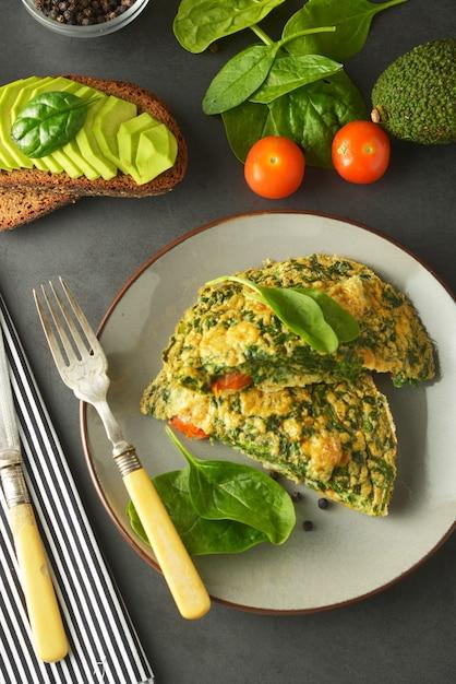 Omelete com folhas de espinafre omelete saudável para perder peso Foto Premium
