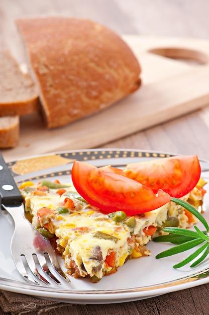 Omelete com legumes Foto gratuita