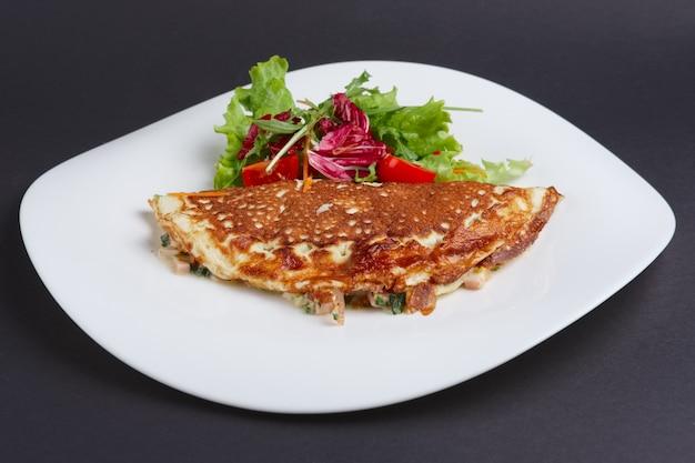 Omelete com presunto e legumes Foto Premium