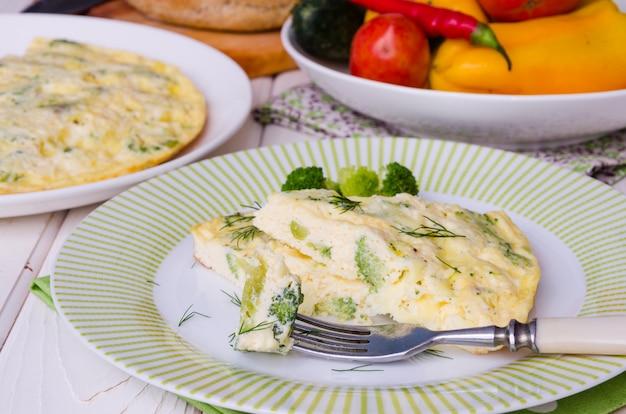 Omelete com queijo e brócolis Foto Premium