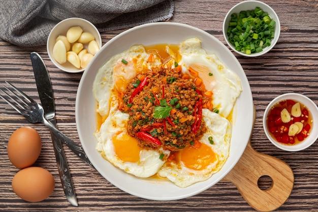 Omelete crocante coberto com carne de porco picada e molho de vegetais mistos Foto gratuita