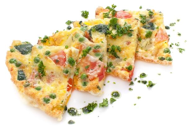 Omelete de legumes e queijo, fritada Foto Premium
