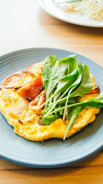 Omelete de ovos fritos em chapa branca Foto gratuita