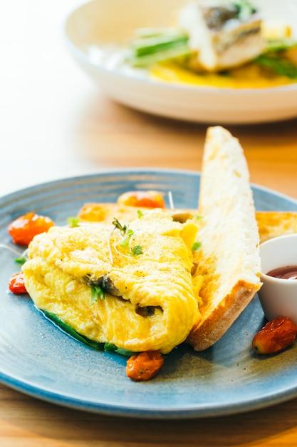 Omelete de spanich em placa Foto gratuita