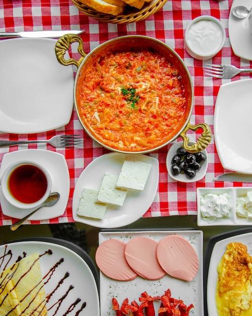 Omelete de tomate servido com ervas Foto gratuita