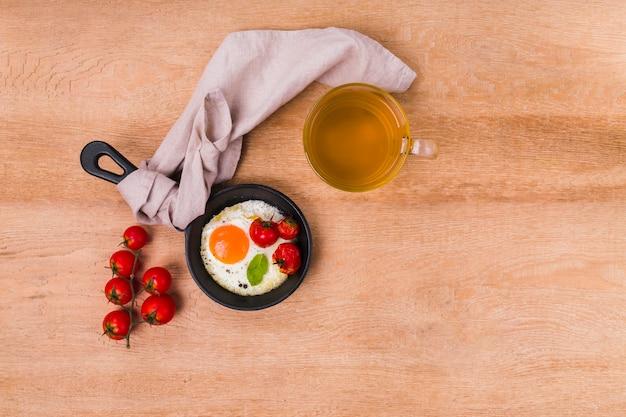 Omelete delicioso com espaço de cópia Foto gratuita