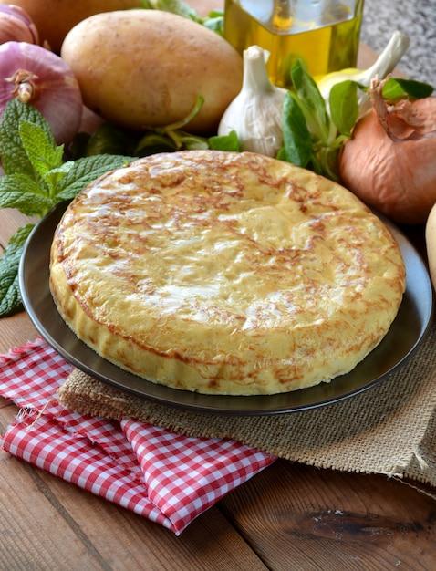 Omelete espanhola com batata e ovo, acompanhada de azeite Foto Premium