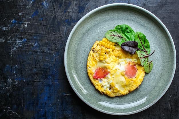 Omelete mexidos com legumes e salada Foto Premium
