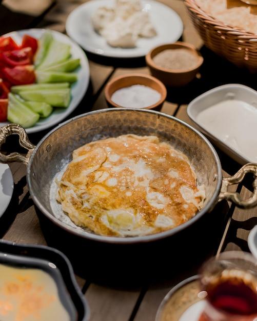 Omlet de ovos fritos em cima da mesa Foto gratuita