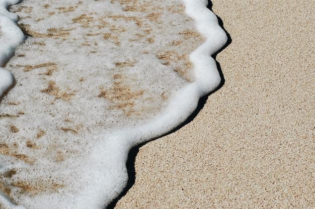 Onda macia do oceano azul na praia arenosa. fundo. Foto Premium