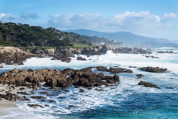 Onda oceano, por, a, costa, em, grande, sur, perto, rodovia 1, califórnia Foto Premium