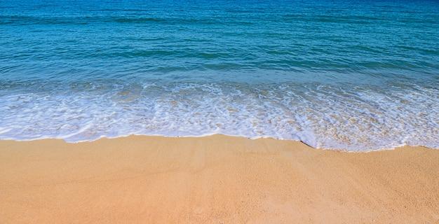 Onda suave no conceito de verão praia Foto Premium