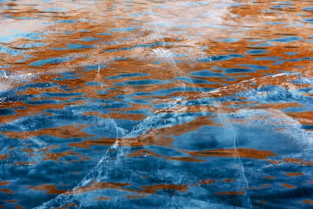 Ondas alaranjadas azuis congeladas abstratas bonitas da água do lago baikal Foto Premium