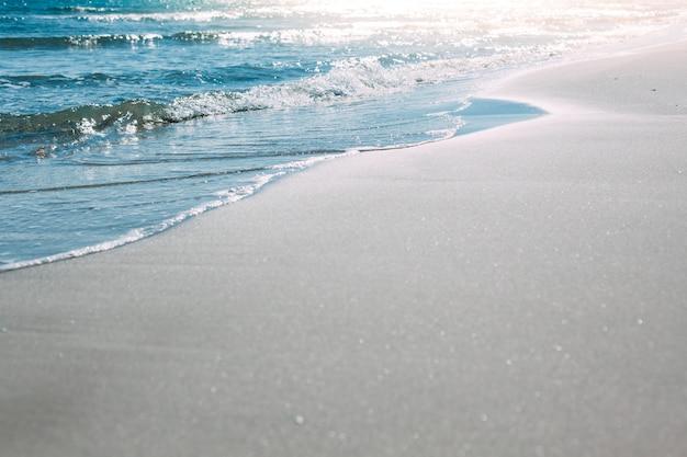 Ondas de praia e beira-mar de verão Foto Premium