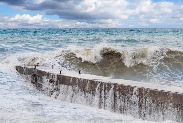 Ondas de tempestade no quebra-mar Foto Premium