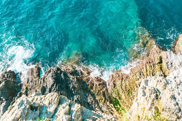 Ondas do mar à medida que atingem as margens do litoral Foto Premium