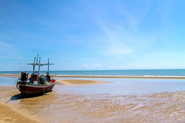 Ondas do mar azul superfície macia e calma com fundo de céu azul Foto Premium