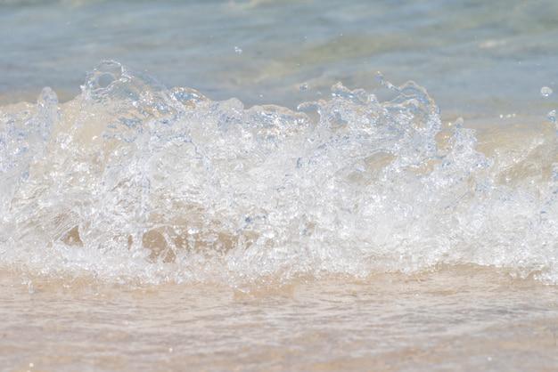 Ondas do mar batendo na praia Foto Premium