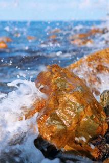 Ondas quebrando na pedra Foto gratuita