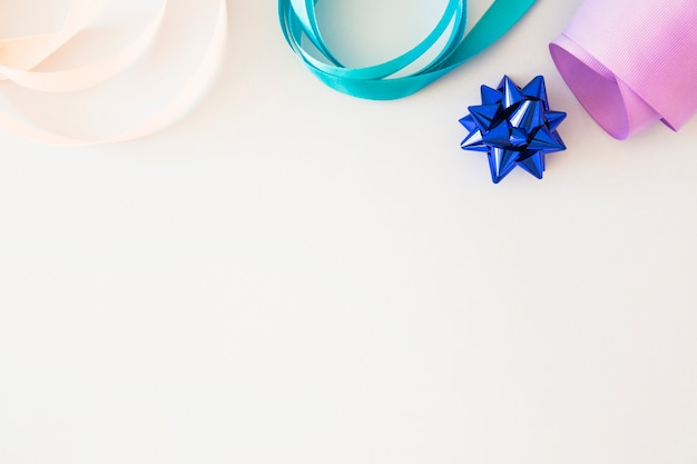 Ondulado fita colorida e arco de mancha azul sobre fundo branco Foto gratuita