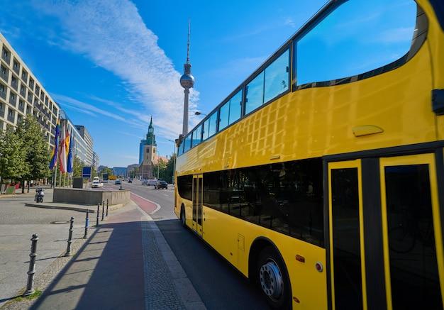 Ônibus turístico amarelo de berlim perto de berliner dom Foto Premium