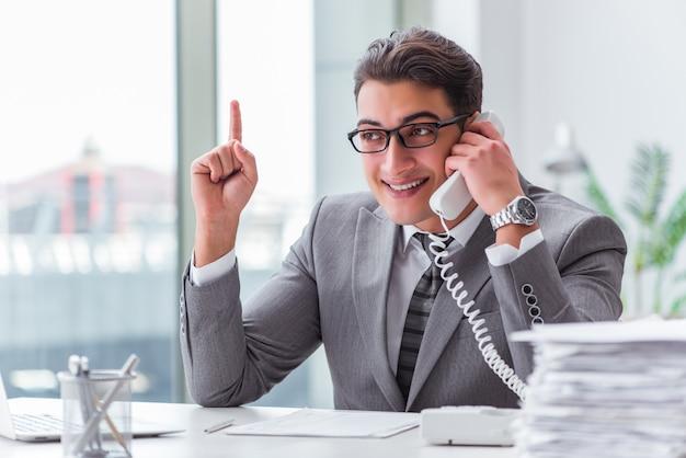 Operador de call center, falando ao telefone Foto Premium