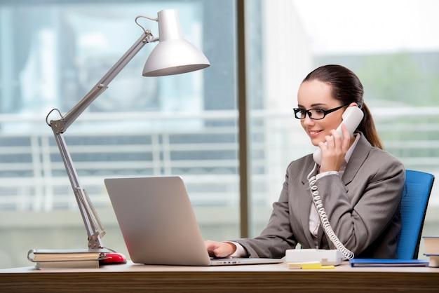 Operador de centro de chamada trabalhando em sua mesa Foto Premium
