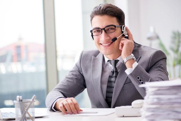 Operador de helpdesk falando no telefone no escritório Foto Premium