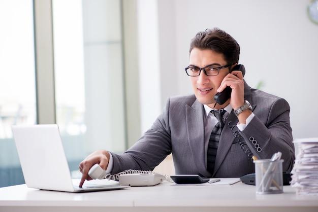 Operador de helpdesk irritado gritando no escritório Foto Premium