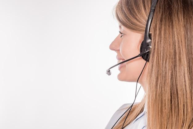 Operador de telefone com suporte ao cliente em fone de ouvido, com área de copyspace em branco para slogan ou mensagem de texto, em um fundo branco. serviço de consultoria e atendimento call center Foto gratuita