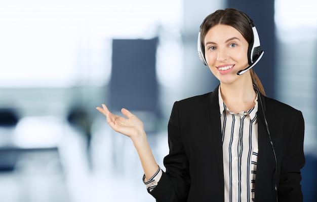 Operador de telefone de suporte ao cliente no fone de ouvido Foto Premium