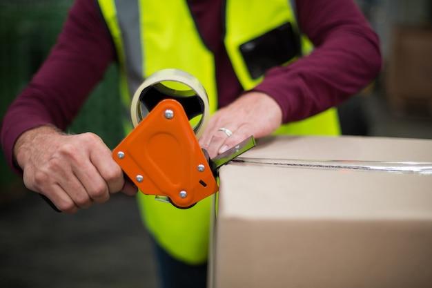 Operário de fábrica de caixas de papelão Foto Premium