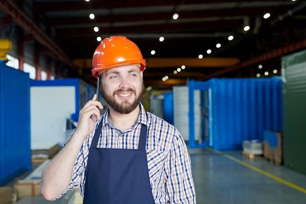 Operário falando por telefone Foto Premium