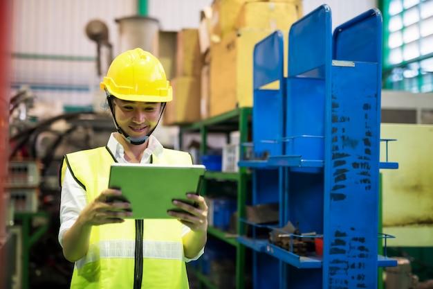 Operário verifica o estoque do tablet Foto Premium