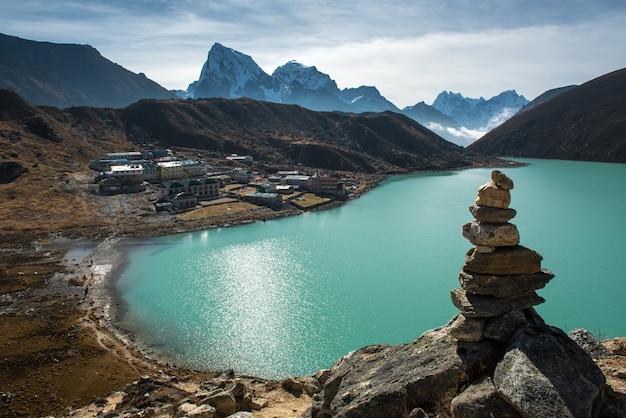 Opinião bonita do panorama da vila de gokyo com lago gokyo e montanha da neve no fundo, Foto Premium