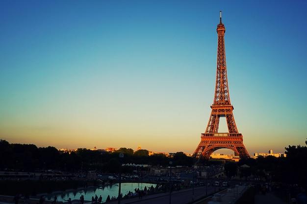 Opinião crepuscular bonita do por do sol da torre eiffel em paris. Foto Premium