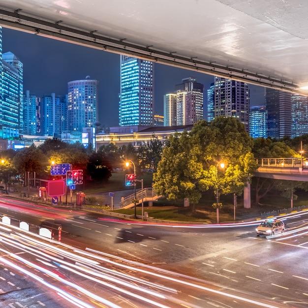 Opinião da cidade na noite com luz do tráfego e da fuga. Foto gratuita